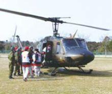 道路が寸断された救護所には自衛隊のヘリコプターで向かいました