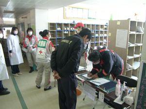 蛇田中学校救護所受付の様子の写真