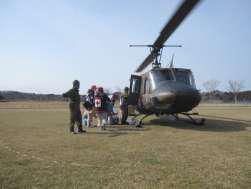 ヘリコプターで巡回診療へ向かう様子の写真