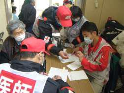 避難所での巡回診療の様子の写真